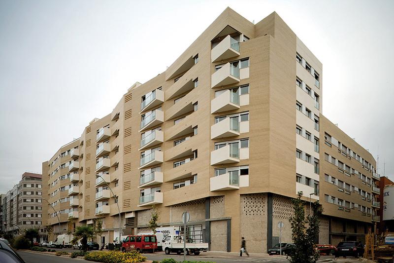 Arac 07 edificio de 73 viviendas locales comerciales y for Garaje castellon